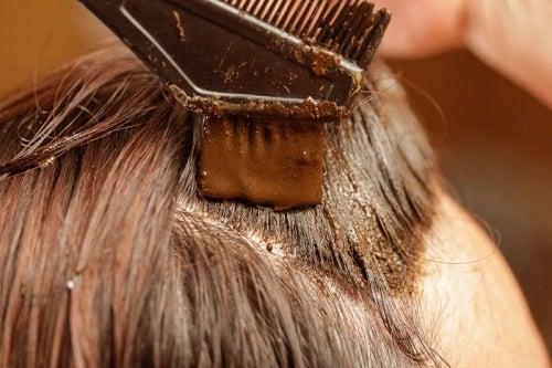 Benefícios de tingir o cabelo com Henna