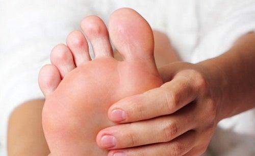 Dedos dos pés cãibras graves aliviar nos