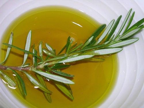 Xampucom pílulas anticoncepcionais e óleo de alecrim para cabelo comprido e saudável