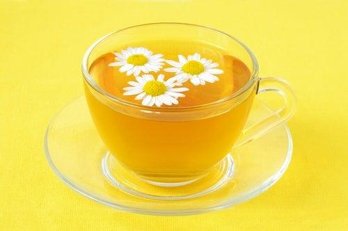 Chá de camomila para acalmar as cólicas do bebê