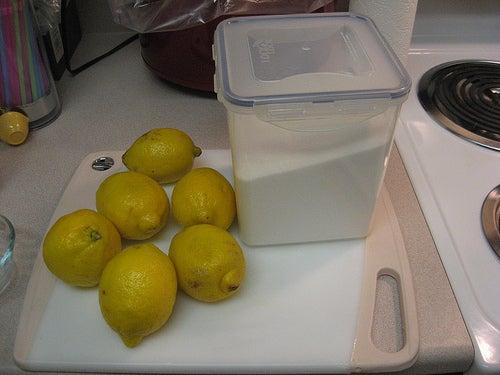Limão e sal para tratar unhas encravadas