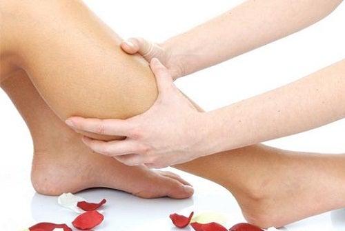 Massagem para câimbras por deficiência de vitaminas