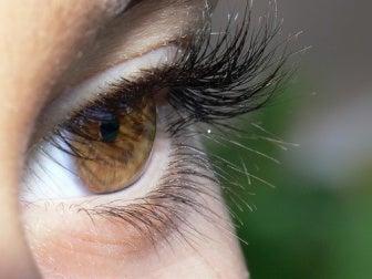 Cílios espessos para aparentar olhos maiores