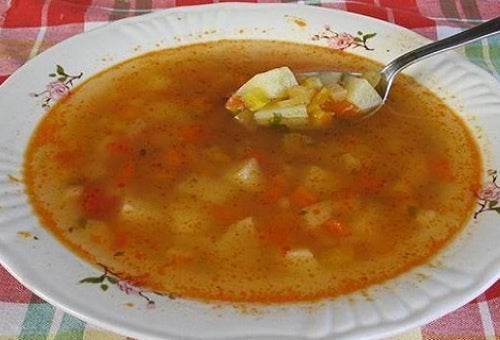 A sopa queima-gordura: cheia de ingredientes que estimulam a perda de peso