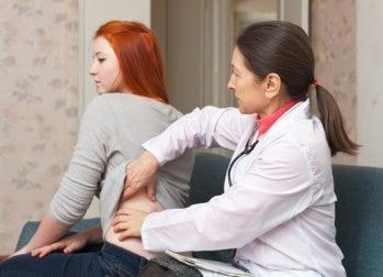 Mulher fazendo um check-up para evitar a hipertensão e insuficiência renal