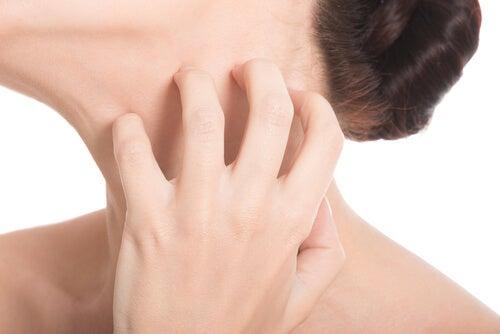 Mulher coçando o pescoço