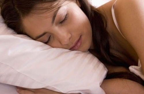 Dormir bem para evitar cólicas menstruais