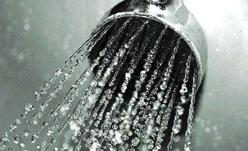 Água quente para o pelo encravado.