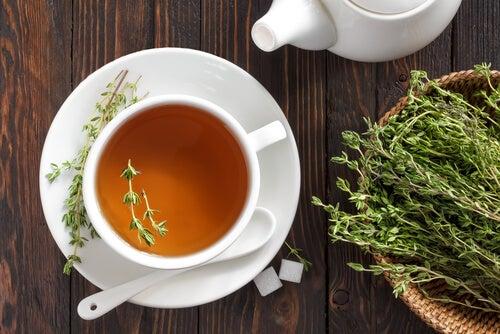 Chá de tomilho para eliminar a caspa