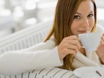Mulher adotando hábitos saudáveis para evitar a hipertensão e insuficiência renal