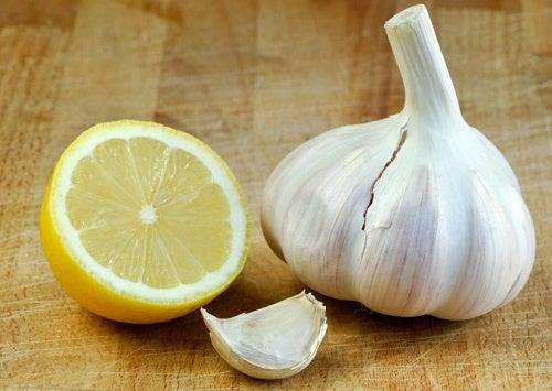 Alho e limão para eliminar calos