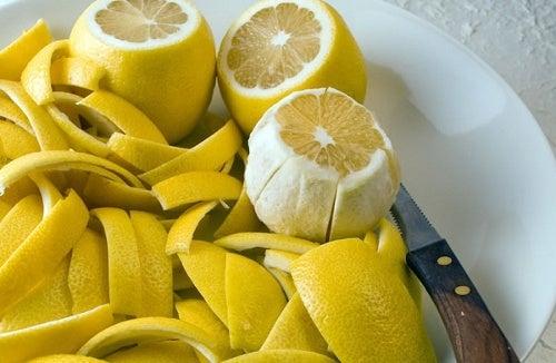 Como curar a dor nas articulações com casca de limão