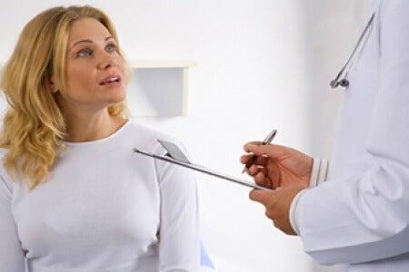 Mulher consultando médico sobre níveis de gordura e açúcar