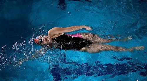 Mulher fazendo natação para diminuir o uso do celular