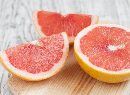 Uma mistura de extrato de toranja e bicarbonato de sódio ajuda a limpar frutas e verduras