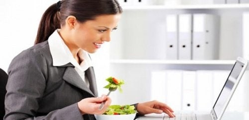 Comer devagar para evitar a distensão abdominal