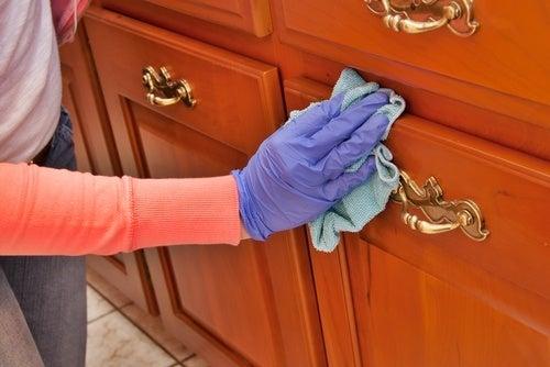 Como limpar e dar brilho à madeira com produtos caseiros