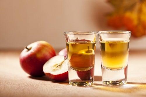 Dois copinhos de vinagre de maçã