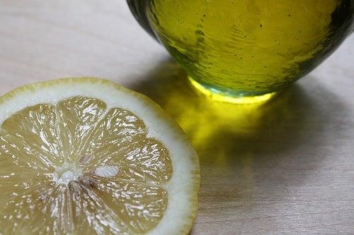 Azeite e limão para prevenir os pés de galinha