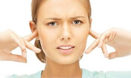 Mulher com acufenos nos ouvidos