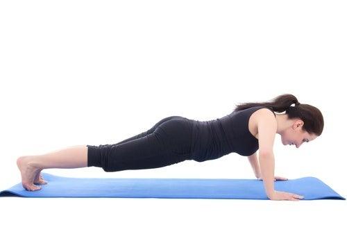 Mulher fazendo flexões para estar em forma