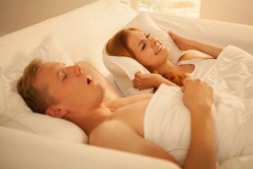 Dicas e remédios caseiros para deixar de roncar