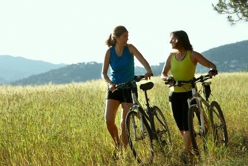 Sal e gordura podem ser eliminados fazendo exercícios, como andar de bicicleta