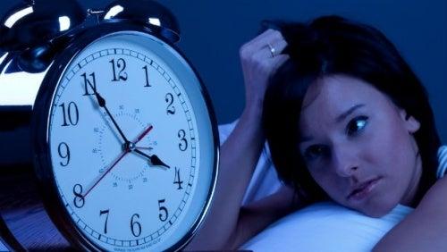 mulher olhando relógio se perguntando como dormir