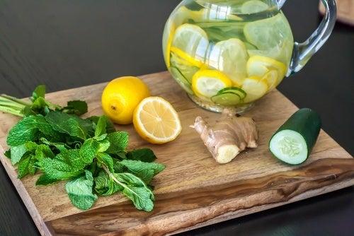Dieta de desintoxicação e limpeza com limão, gengibre e pepino
