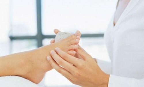 Como eliminar calos dos pés com remédios caseiros