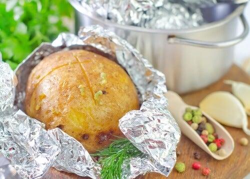 O uso de papel alumínio para conservar alimentos é seguro?