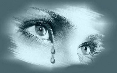 Mulher com as pupilas dilatadas por chorar