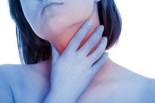 A inflamação das amídalas causa dor de garganta