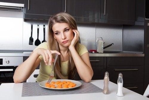 Mulher comendo pasta