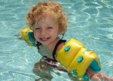 Menino aprendendo a nadar para evitar afogamento