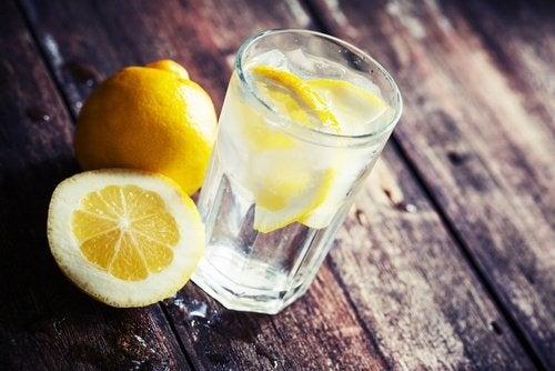 Tomar água com limão ao se levantar para tratar a celulite