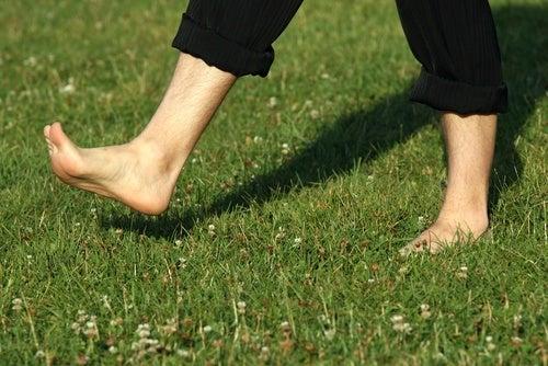 caminhar-descalço-para-estresse