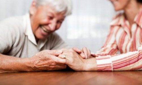 Idoso e cuidador representando a Síndrome do cuidador