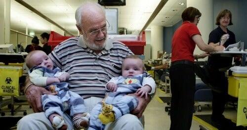 O homem que salva milhões de bebês com seu sangue