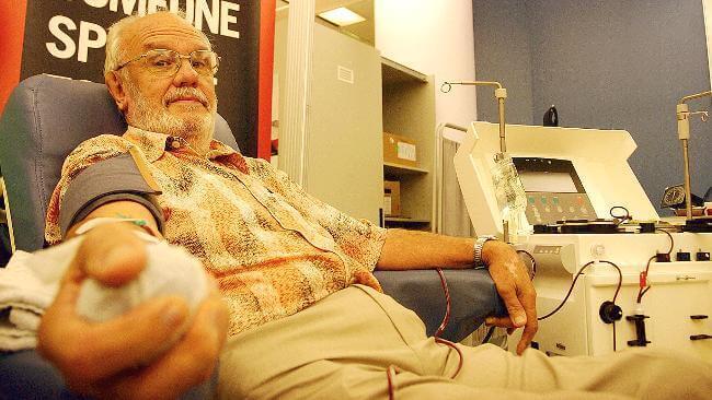 James Harrison doando sangue