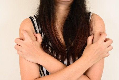 bolinhas nos braços