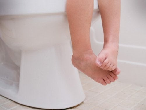 Criança com diarreia no banheiro