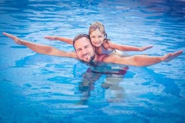 Pai cuidando para que a filha não sofra de afogamento