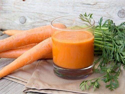 Sucos naturais com cenoura