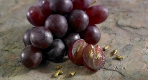 Os benefícios de consumir sementes de uva