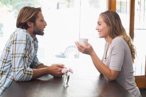 Casal se comunicando com amor