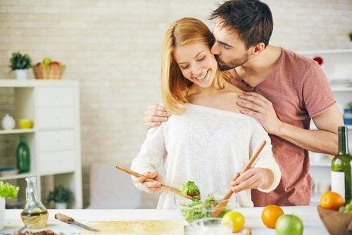 Casal cozinhando juntos