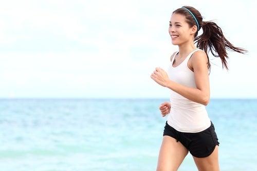 Mulher correndo para combater a flacidez
