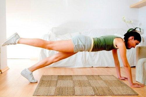 Os 3 melhores exercícios para tonificar os glúteos em casa