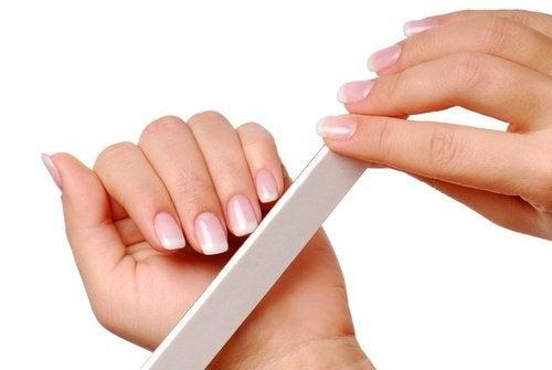 Mulher fazendo manicure nas unhas